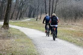 Deux cyclistes sur un chemin